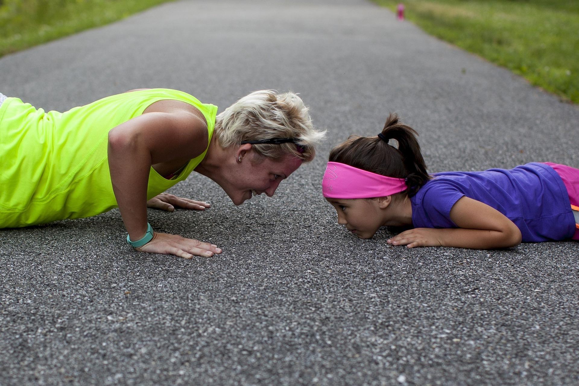Mamma och dotter för armhävningar