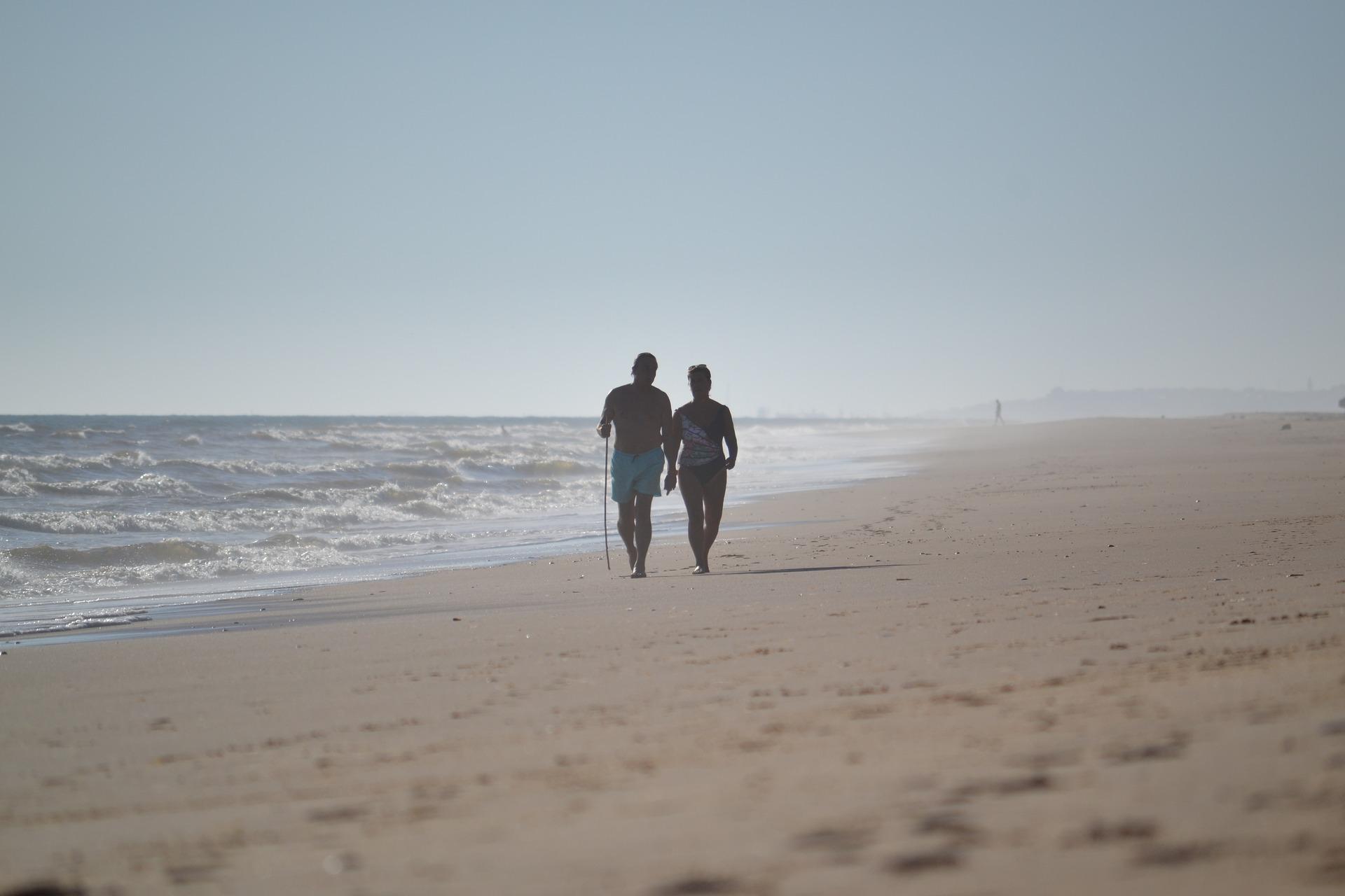 Par som går på strand