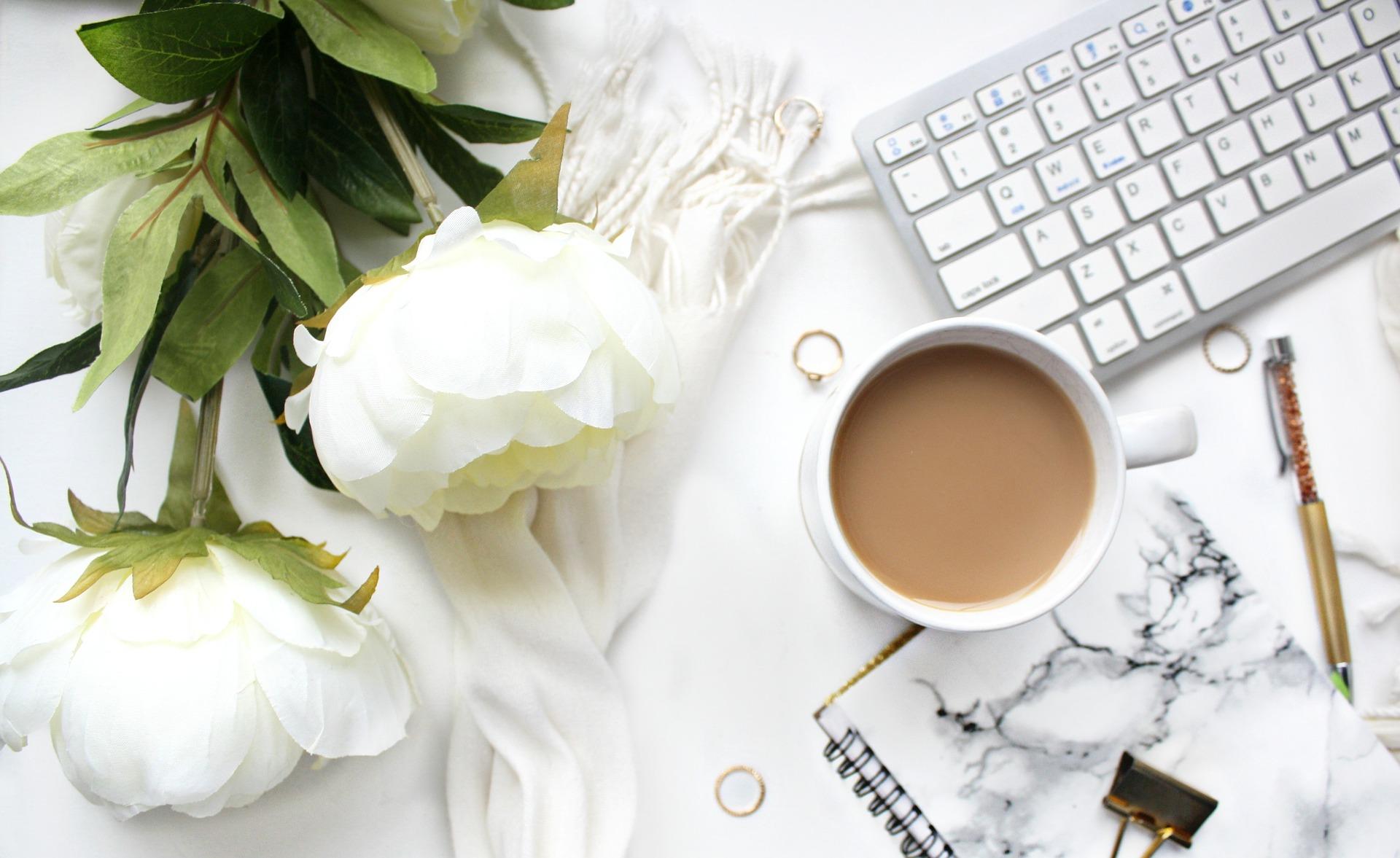 Bild på kaffe och tangentbord